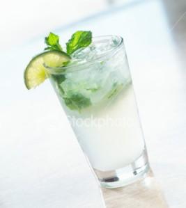 De todos los placeres solitarias, el menos inconfesable es tomarse un gin tonic mirando el atardecer...