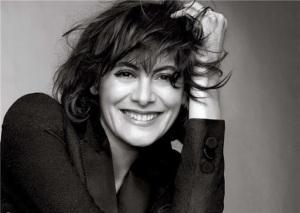 Ella nos tranquiliza confesando que hasta las musas de la gente guapa puede combrar sus bragas en H&M...