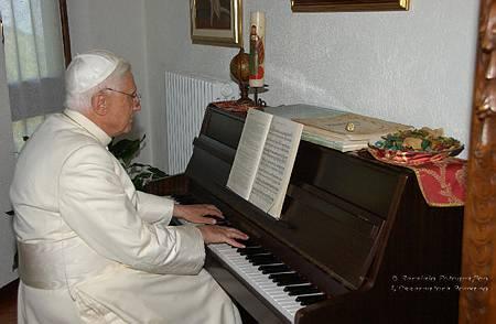 Entre los motivos humanos que explican la retirada de Benedicto XVI, el más divino quizás sea el poder tocar al piano las partituras de Mozart...
