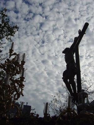Te da tanta pena por esos cofrades que ven suspendida la procesión de su Cristo por culpa de la lluvia que...