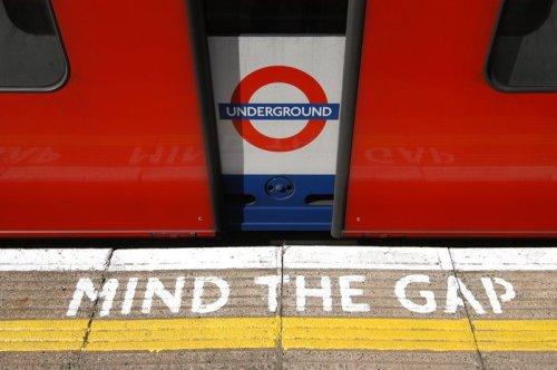 Quién podía imaginar que una simple advertencia de la megafonía del metro londinense pudiera convertirse en un mensaje de amor...