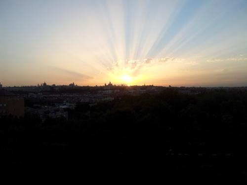 Ver amanecer en Madrid y pasear luego por lalguno de sus barros de la periferia tampoco es mal plan para agosto...