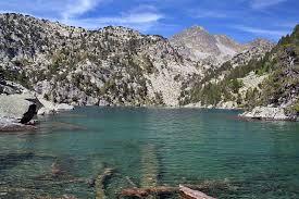 Estany o lago de Cabanyes o Cabanes, según se diga en catalán o castellano. Con el protagonismo de sus piedras...