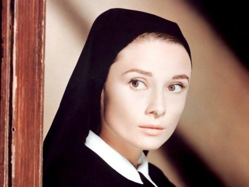 La hermana Julia aspiraba a ser una monjita tan ideal como Audrey Hepburn, y no dudaba an orar a Dios para que la pensión de su madre no sufriera más amenazas...