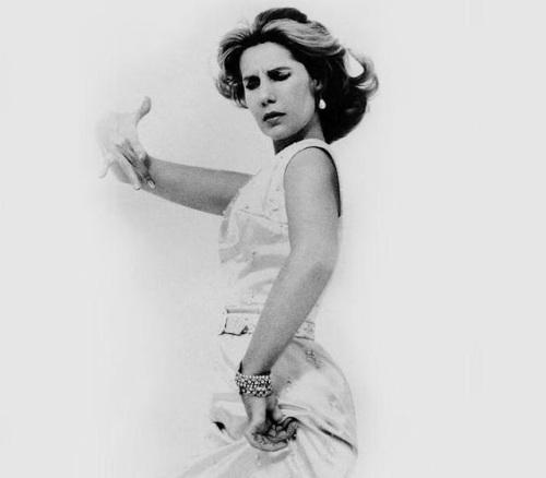 Milagrosamente, aquella mujer que ya había dejado muy atrás sus mejores años, seguían encandilando al pueblo en tal manera que este quería inmortalizarla a goda costa...