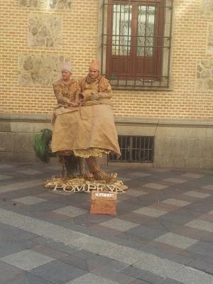 El absurdo de estos artistas callejeros que hacían la estatua en la calle Arenal provocó un cuento de Navidad aún más absurdo...