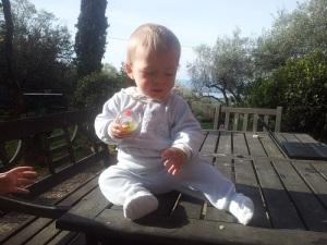Luis con su apasionante pelota mágica jugando la tarde de un viernes santo